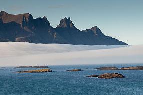 Nuages flottant entre mer et montagnes, Fjords de l'Est, Islande