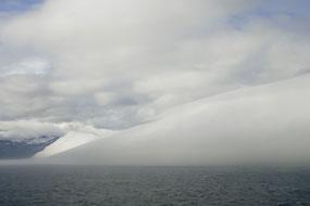 Une mer de nuages vient faire disparaître les côtes islandaises, Islande