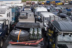 Files de voitures, de camping-cars et de 4x4 prêts à embarquer sur le Norrona, Seydifsjordur, islande