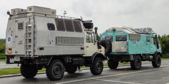 Camion Unimog en route vers l'Islande, rencontrés sur une autoroute Allemande.
