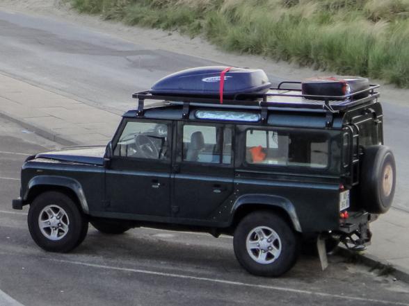 Le Defender à Hirtshals, Danemark. Coffres sur le toit et un 6ème pneu.