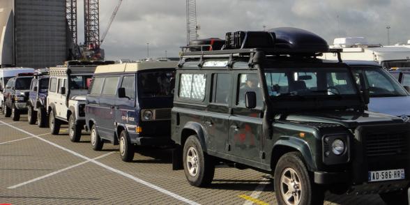 Files de voitures à l'embarquement à bord du Norröna, Hirtshals, Danemark.
