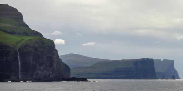 Le Norrona longe les falaises, Iles Féroé.