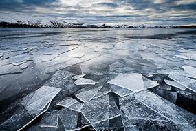 Plaques de glace sur le lac gelé de Kleifarvatn, Islande