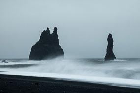 Les pitons basaltiques (Reynisdrangar) devant la falaise de Reynisfjara, Vik, Islande
