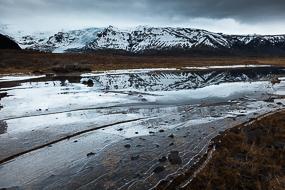 Réflexion dans la glace, à proximité du parc de Skaftafell, Islande