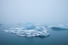 Le brouillard enveloppe les icebergs du lac de Jokulsarlon, Islande