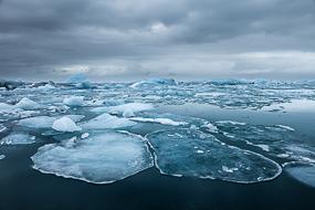 Plaques de glace et icebergs sur le lac de Jokulsarlon, Islande