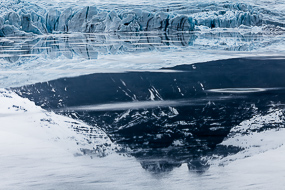 La langue glacière se déverse dans de lac de Fjallsarlon, Islande