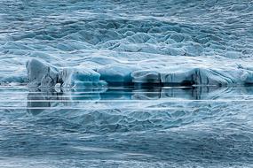 Réflexion de la langue glacière sur l'eau du lac de Fjallsarlon, Islande