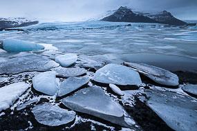 Morceaux de glace  et langue glacière, lac de Fjallsarlon, Islande