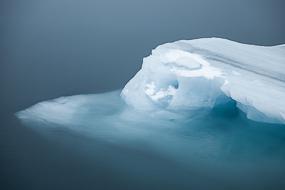 Icebergs flottant dans le brouillard sur le lac Jokulsarlon, Islande