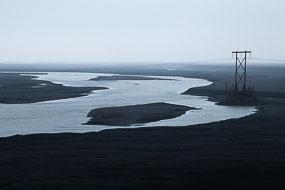 Poteau et ligne électrique, au milieu d'un sandur, Islande