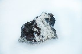 Lave émergeant du bassin laiteux du Blue lagoon, Islande
