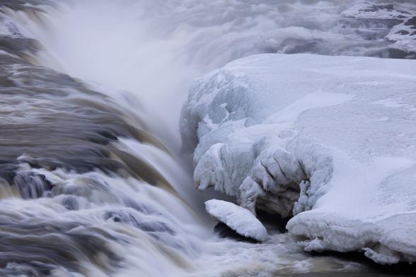 Cascade d'Urridafoss en partie gelée, le long de la route N°1, au sud de l'Islande