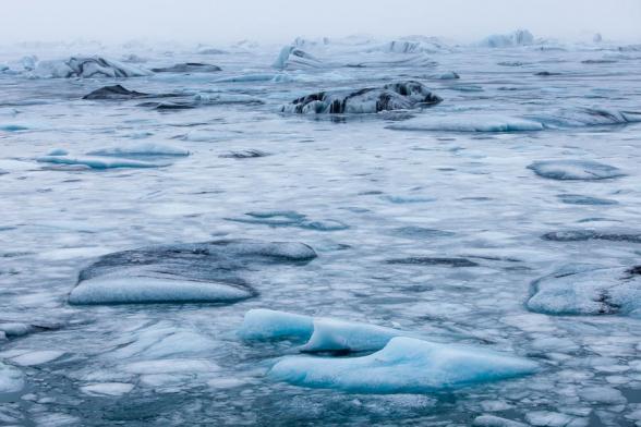 La lagune glaciaire du Jokulsarlon en partie gelée, prise dans le brouillard, Islande