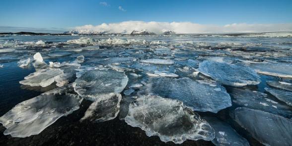 Les blocs de glace s'accumulent à proximité de la rive du lagon glaciaire de Jokulsarlon, Islande