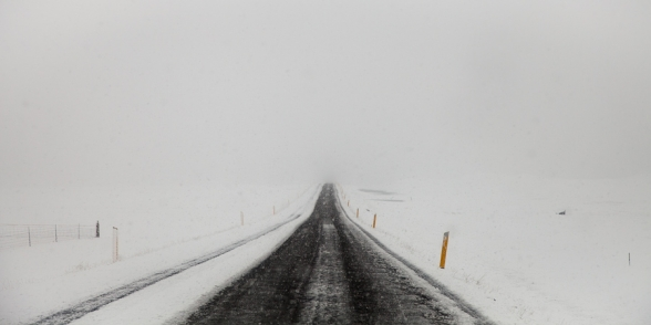 Neige et brouillard sur la route N°1 à proximité du Jokulsarlon en hiver, Islande
