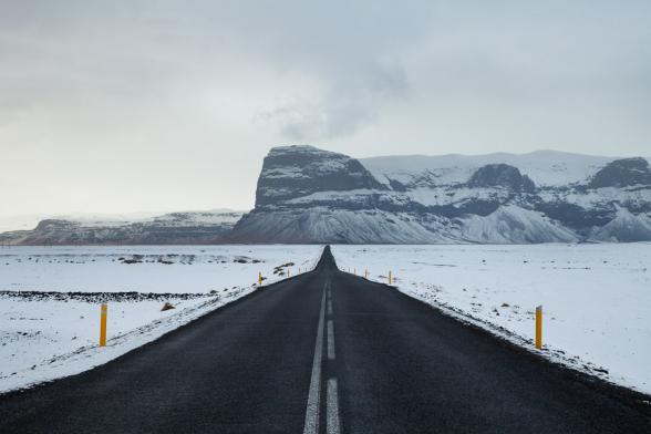 La route N°1 et au loin le mont Lomagnupur, haut de 767 m. C'est un ancien promontoire sur la mer, aujourd'hui reculé dans les terres, sud de l'Islande