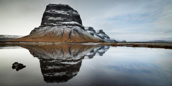 Le mont Lomagnupur et son reflet, haut de 767 m. C'est un ancien promontoire sur la mer, aujourd'hui reculé dans les terres, sud de l'Islande