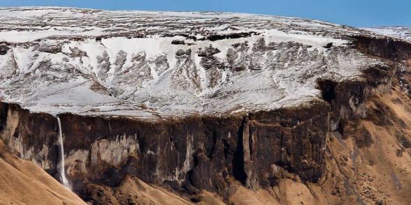 Cette énorme cuvette replie de neige en hiver alimente cette cascade nommée Foss a Sidu, qui domine quelques fermes, sud de l'Islande