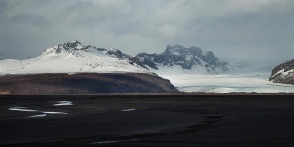 Le glacier Skeidararjokull et sa plaine d'épandage, on devine qu'autrefois le glacier s'étendait bien plus bas. Sud de l'islande