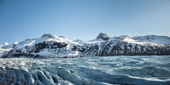 La langue glaciaire du Snivafellsjokull entourée de montagnes enneigées, sud de l'Islande