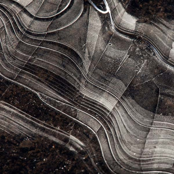 Formes géométriques produites par l'eau d'une flaque glacée par le gel, sud de l'Islande