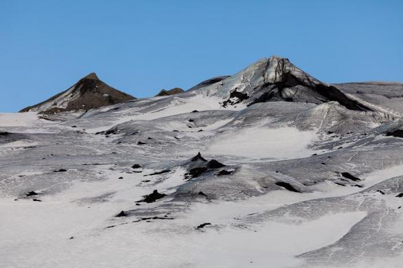 Le glacier Solheimajokull, il porte encore les stigmates de l'éruption en 2010 de l'Eyjafjöll, avec ces cones de glace recouverts de cendres volcaniques, sud de l'Islande