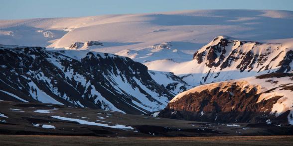 Paysage de montagnes surplombées par le glacier Myrdalsjokull, sud de l'islande