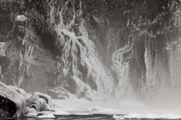 La cascade de Skogafoss, en hiver, avec ses abords gelés, sud de l'Islande