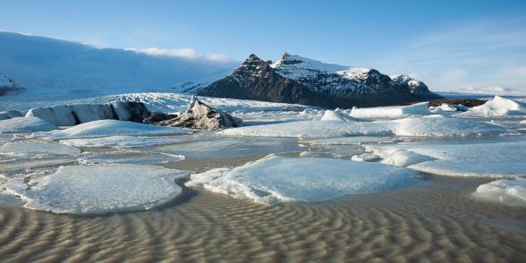 Le vent souffle fort et des vaguelettes se forment sur le Fjallsarlon, les plaques de glace jouent entre elles comme les plaques tectoniques, Islande