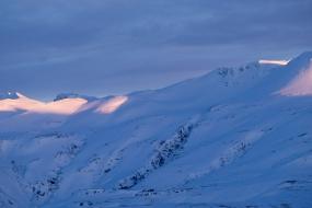 Derniers rayons de soleil illuminant les sommets de ces montagnes enneigées dans la péninsule de Snæfellsnes