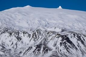 Les coulées de lave sur le flan sud du Snæfell sont recouvertes de neige.