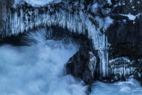 Stalactites de glace au dessus des tourbillons de la cascade de Barnafoss (La chute des enfants...nommée ainsi en raison d'un accident qui se serait produit un soir de Noël, où deux enfants s'y seraint noyés), Islande