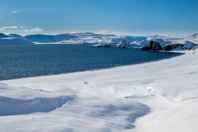 Le lac Kleifarvatn dont les bords sont enneiigés en ce mois de mars, Islande