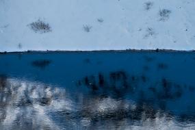 Le lac de cratère Kerid se recouvre de glace en ce mois de mars, Islande