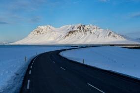Paysage de montagne enneigée le long de la route 54, côte nord de la Péninsule de Snæfellsnes