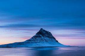 Heure bleue pour la célèbre montagne enneigée du Kirkjufell dans la péninsule de Snæfellsnes