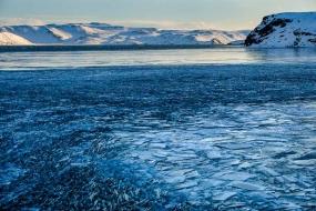 Le lac de Kleifarvatn a gelé en surface, mais les vagues, sous l'influence du vent, cassent la glace en plaques de différentes tailles qui s'entrechoquent, produisant un bruit impressionnant. Péninsule de Reykjanes, Islande, Mars 2017