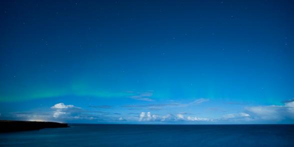 Intensité faible pour cette aurore boréale à proximité de Keflavik. Islande