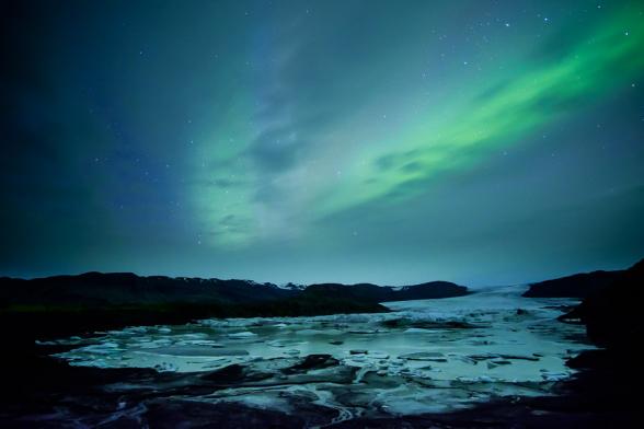 Aurore boréale de faible intensité au dessus de la langue glacière du Hoffellsjokul et sa mini lagune, Islande