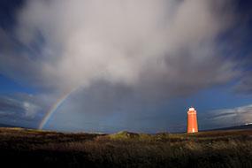 Cet arc en ciel est formé par la lune et non le soleil, phare à proximité de Keflavik, Islande