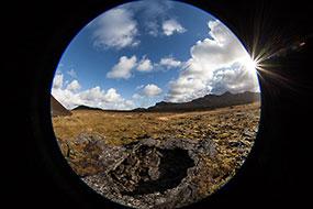 Trou de grotte dans la lave, péninsule de Snaefellsnes, Islande