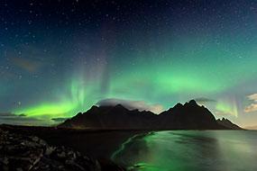 Aurore boréale au dessus des Vestrahorn, à proximité de Hofn, Islande