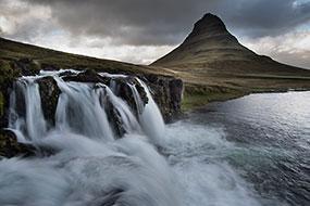 Kirkjufellsfoss, la cascade devant la «montagne église» : Kirkjufell, Péninsule de Snæfellsnes, Islande