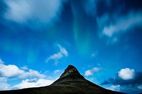 Petite effet d'aurore boréale au dessus de la célèbre montagne Kirkjufell (montagne église), Islande