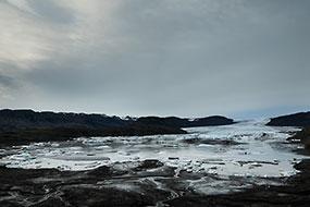 La langue glacière du Hoffellsjokul et sa mini lagune où les blocs de glace finissent, ici ils sont prisionniers, ils ne peuvent pas atteindre la mer comme au Jokulsarlon, Islande