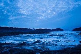 La nuit tombe sur la langue glacière du Hoffellsjokul et sa mini lagune, Islande