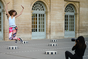 Shooting mode au palais Royal, tenue sport voyante...